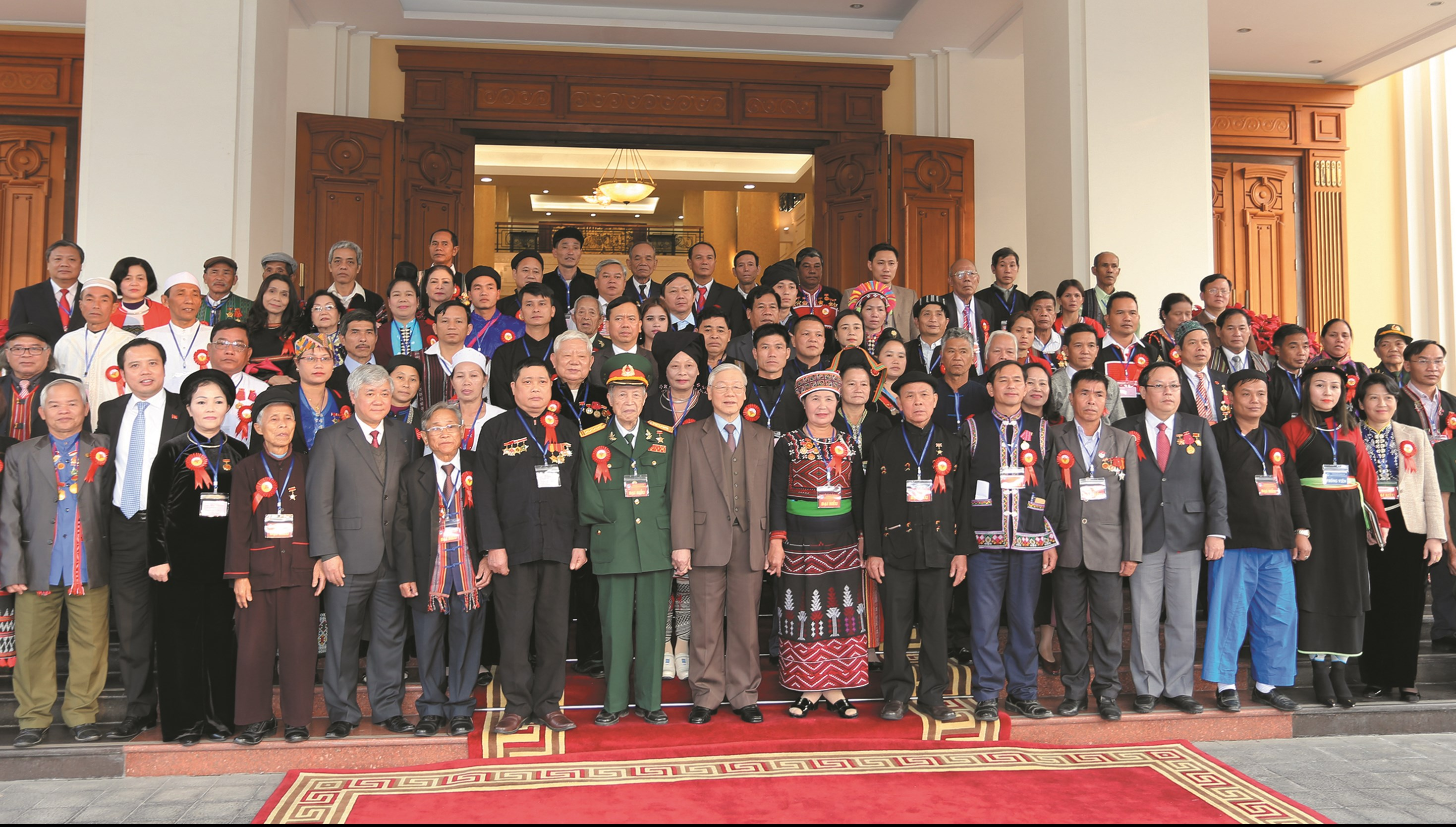 Tổng Bí thư Nguyễn Phú Trọng chụp ảnh lưu niệm với các đại biểu về dự Lễ Tuyên dương Người có uy tín, nhân sĩ trí thức và doanh nhân tiêu biểu DTTS toàn quốc lần thứ Nhất năm 2017.