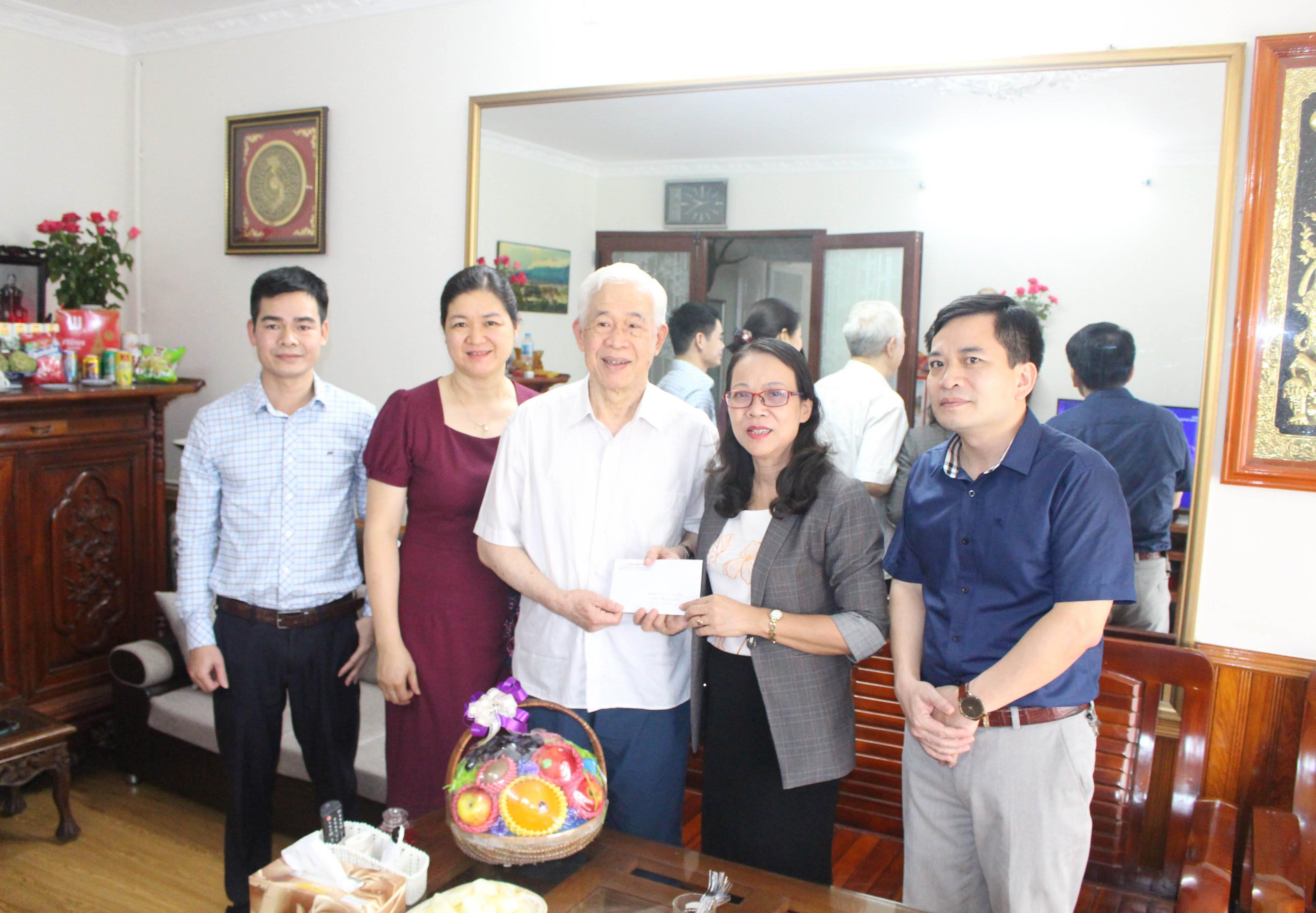 Thứ trưởng, Phó Chủ nhiệm Hoàng Thị Hạnh tặng quà cho ông Lù Văn Que, nguyên Thứ trưởng, Phó Chủ nhiệm Ủy ban Dân tộc
