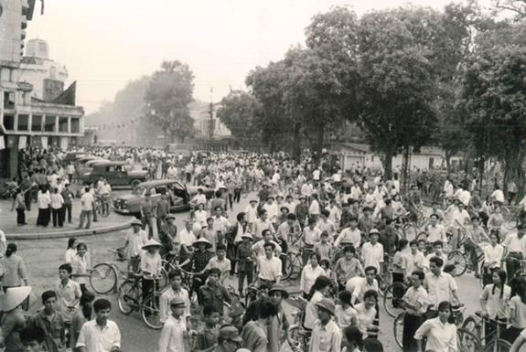 Bức ảnh người dân Hà Nội nghe tin Sài Gòn giải phóng trưng bày tại Triển lãm. (Ảnh Tư liệu)