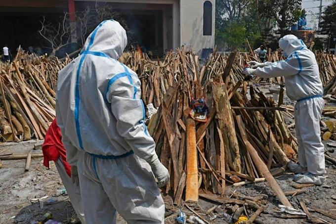 Chuẩn bị một giàn hỏa táng ở New Delhi, Ấn Độ, ngày 27/4/2021. (Ảnh: AFP)