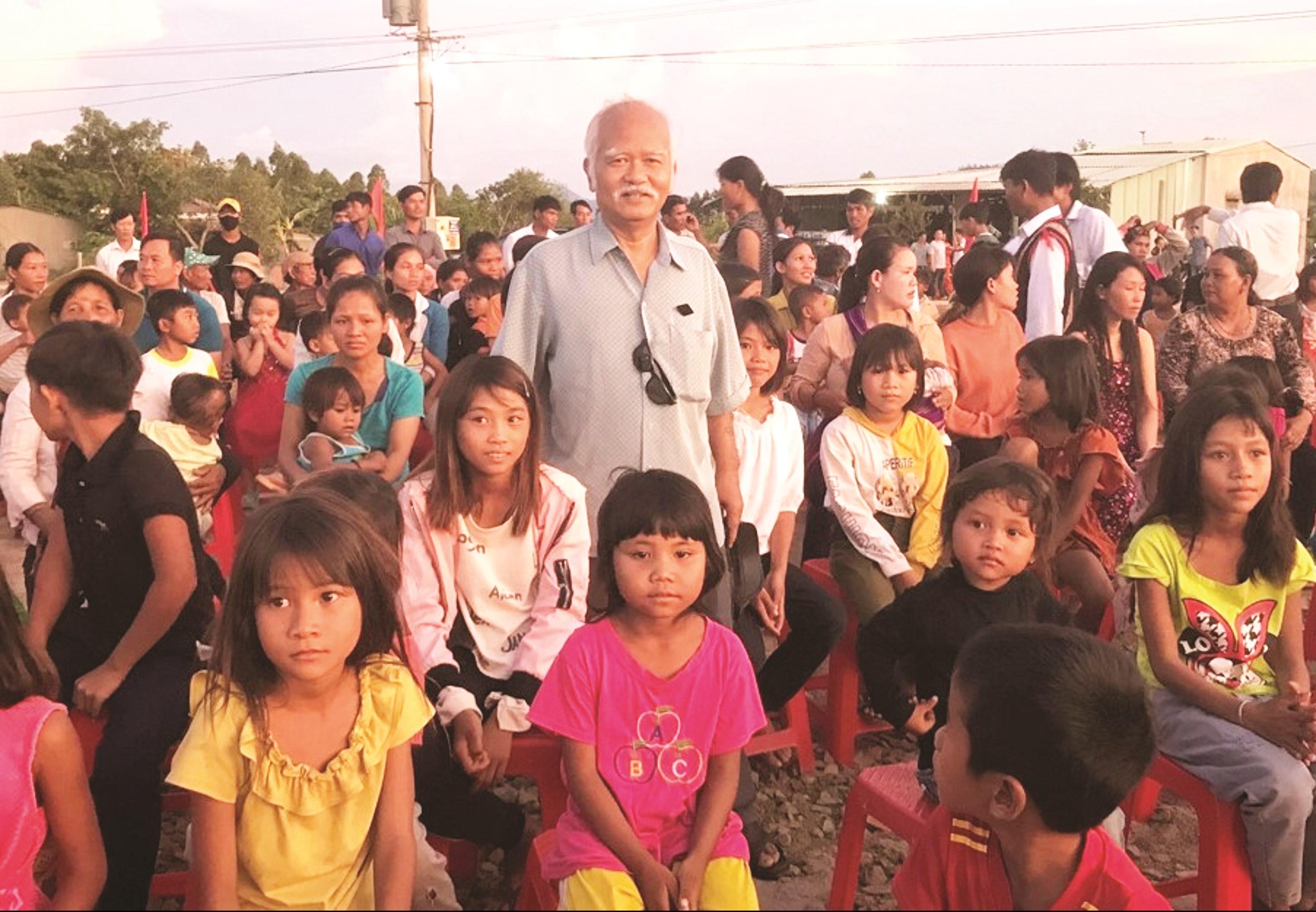 Nguyên Bộ trưởng Ksor Phước thăm đồng bào DTTS trên đỉnh Pờ Yầu, xã Lơ Bang, huyện Mang Yang (Gia Lai).