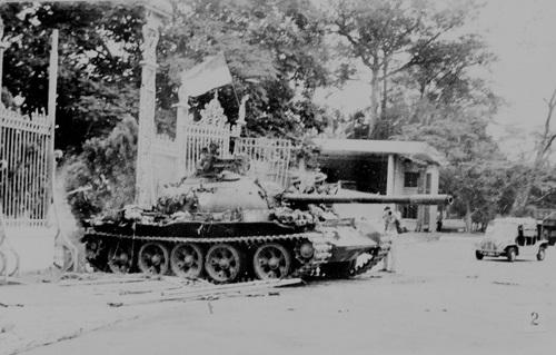 Đúng 11 giờ 30 phút ngày 30/4/1975, xe tăng của quân Giải phóng đã tiến vào dinh Tổng thống, sào huyệt cuối cùng của chế độ Ngụy quyền Sài Gòn, giải phóng miền Nam, thống nhất hoàn toàn đất nước. Ảnh: TTXVN
