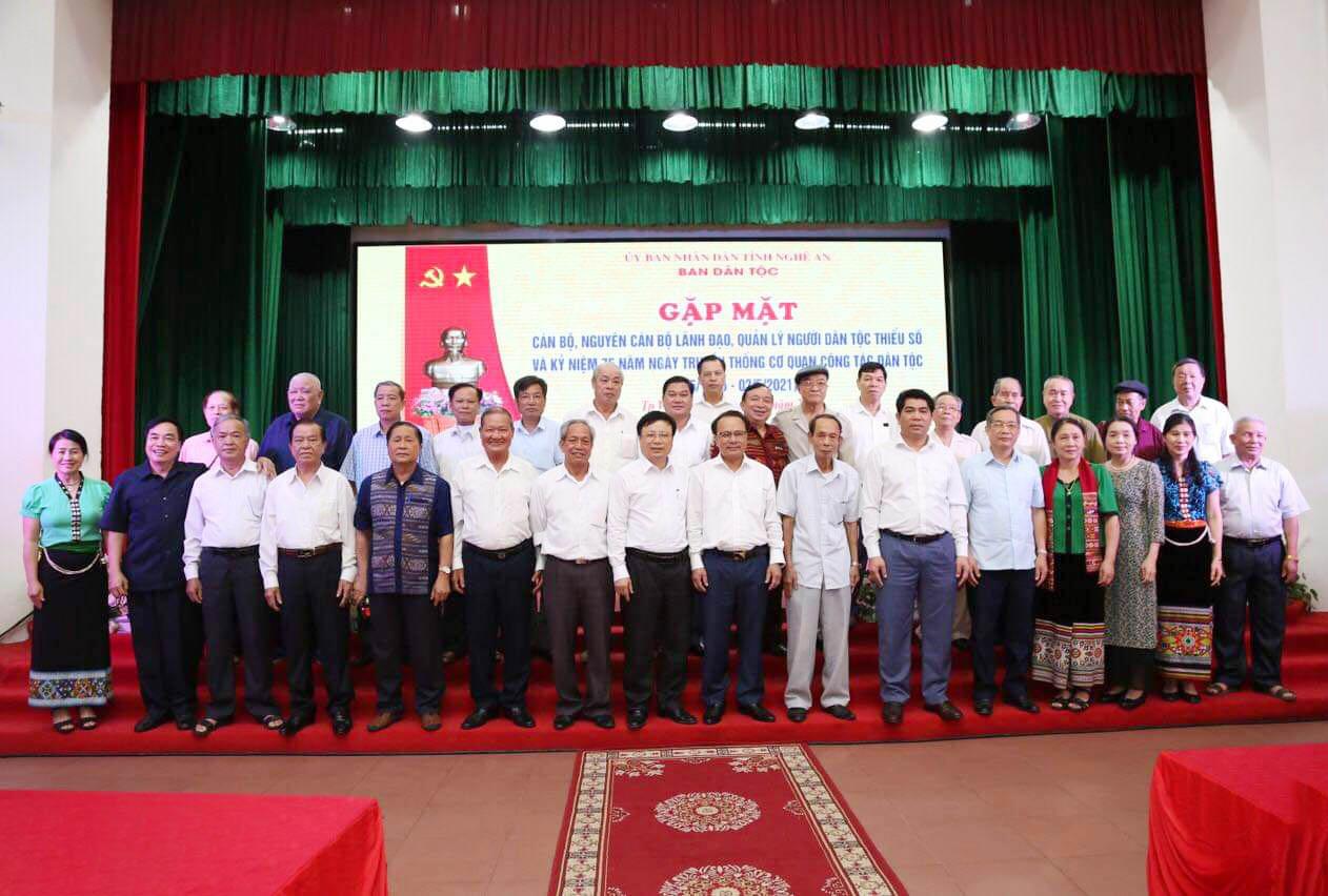 Các đồng chí cán bộ, nguyên lãnh đạo, quản lý Ban Dân tộc tỉnh Nghệ An là người DTTS qua các thời kỳ chụp ảnh lưu niệm