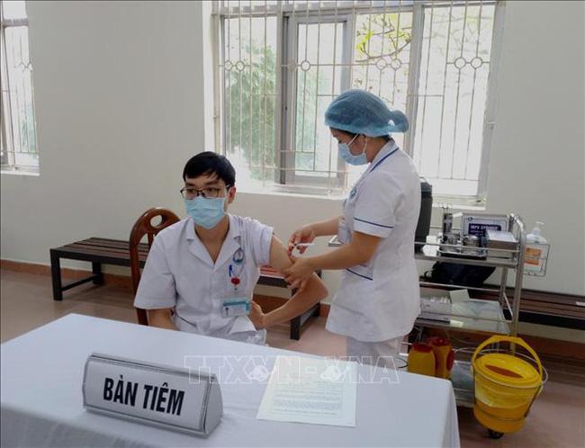 Đã có hơn 425.600 người Việt Nam được tiêm vaccine phòng COVID-19. (Ảnh: TTXVVN)