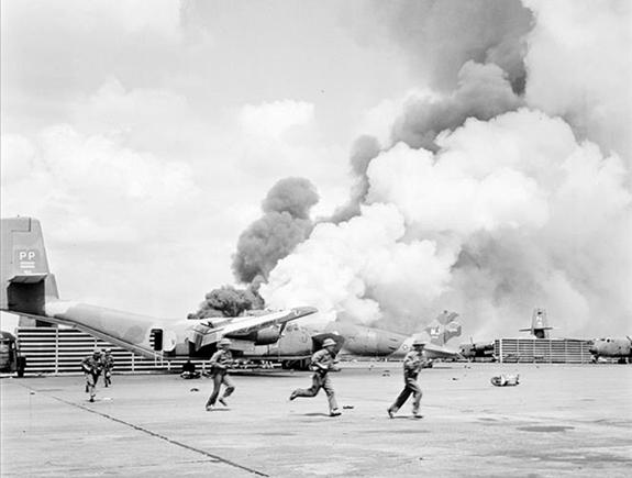 Bộ đội Quân đoàn 3 đánh chiếm sân bay Tân Sơn Nhất ngày 30-4-1975. Ảnh tư liệu