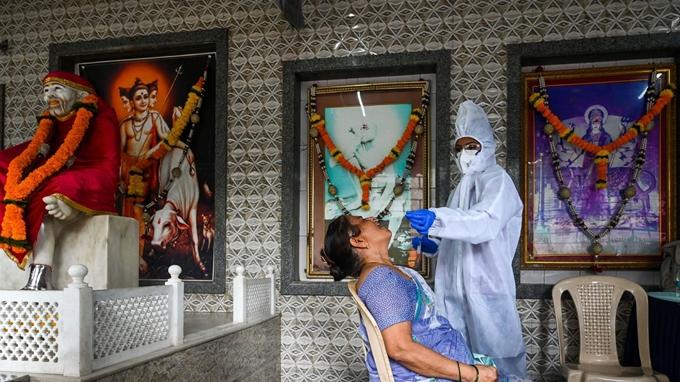 Xét nghiệm COVID-19 tại Ấn Độ. (Ảnh: AFP)
