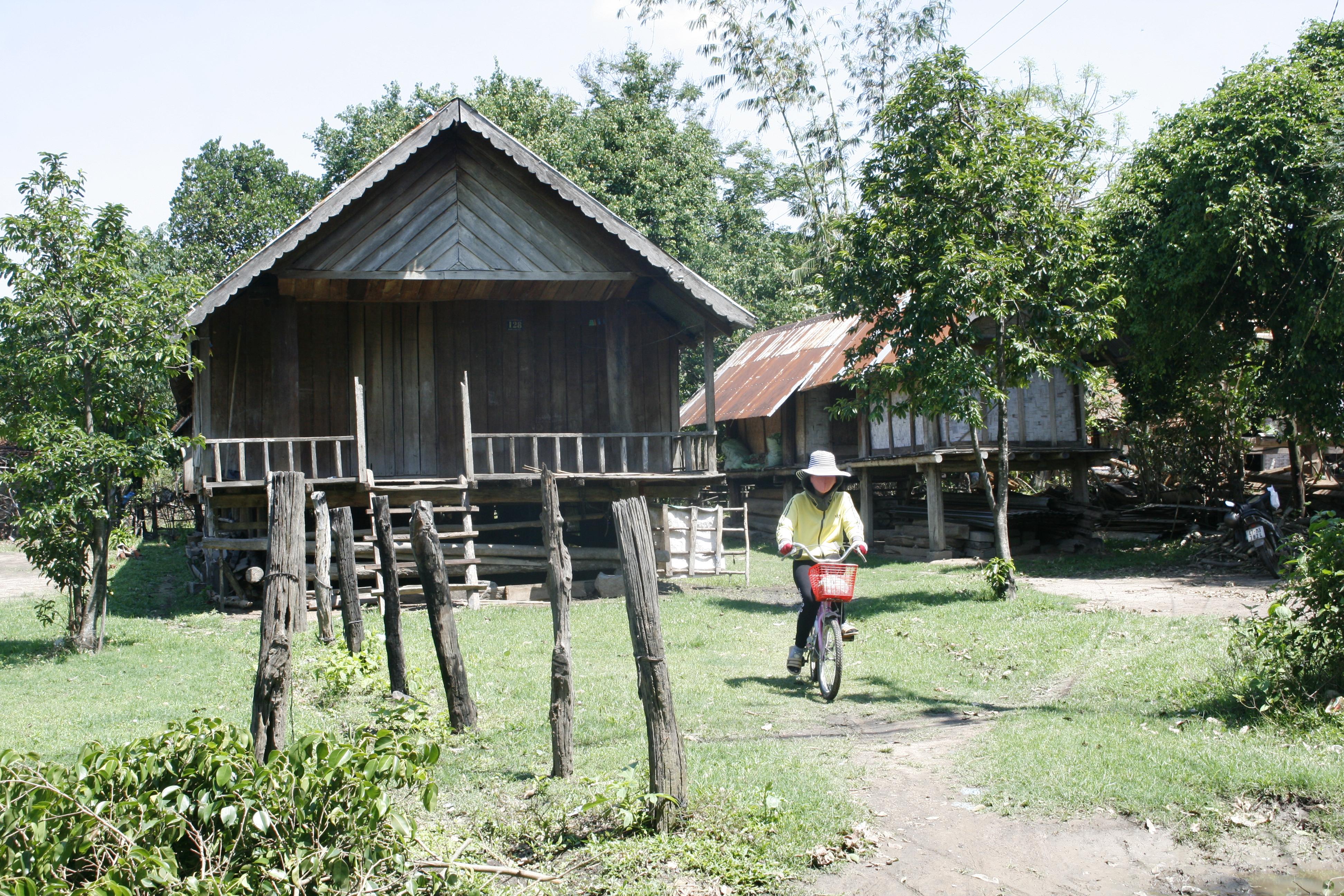 Mặc dù năm nay đã 16 tuổi, nhưng em H' Lăm, dân tộc Mnông, xã Yang Tao, huyện Lắk, tỉnh Đắk Lắk mới chỉ đang học lớp 7