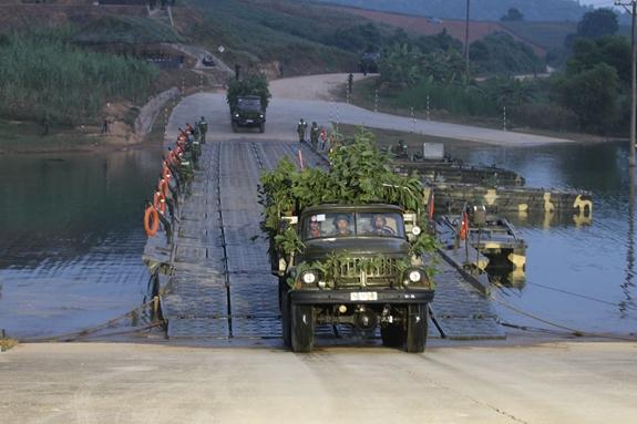 Lữ đoàn Công binh 299 (Quân đoàn 1) bảo đảm cho xe cơ giới đưa lực lượng vượt sông trong diễn tập PC-19. Ảnh: DUY THẮNG