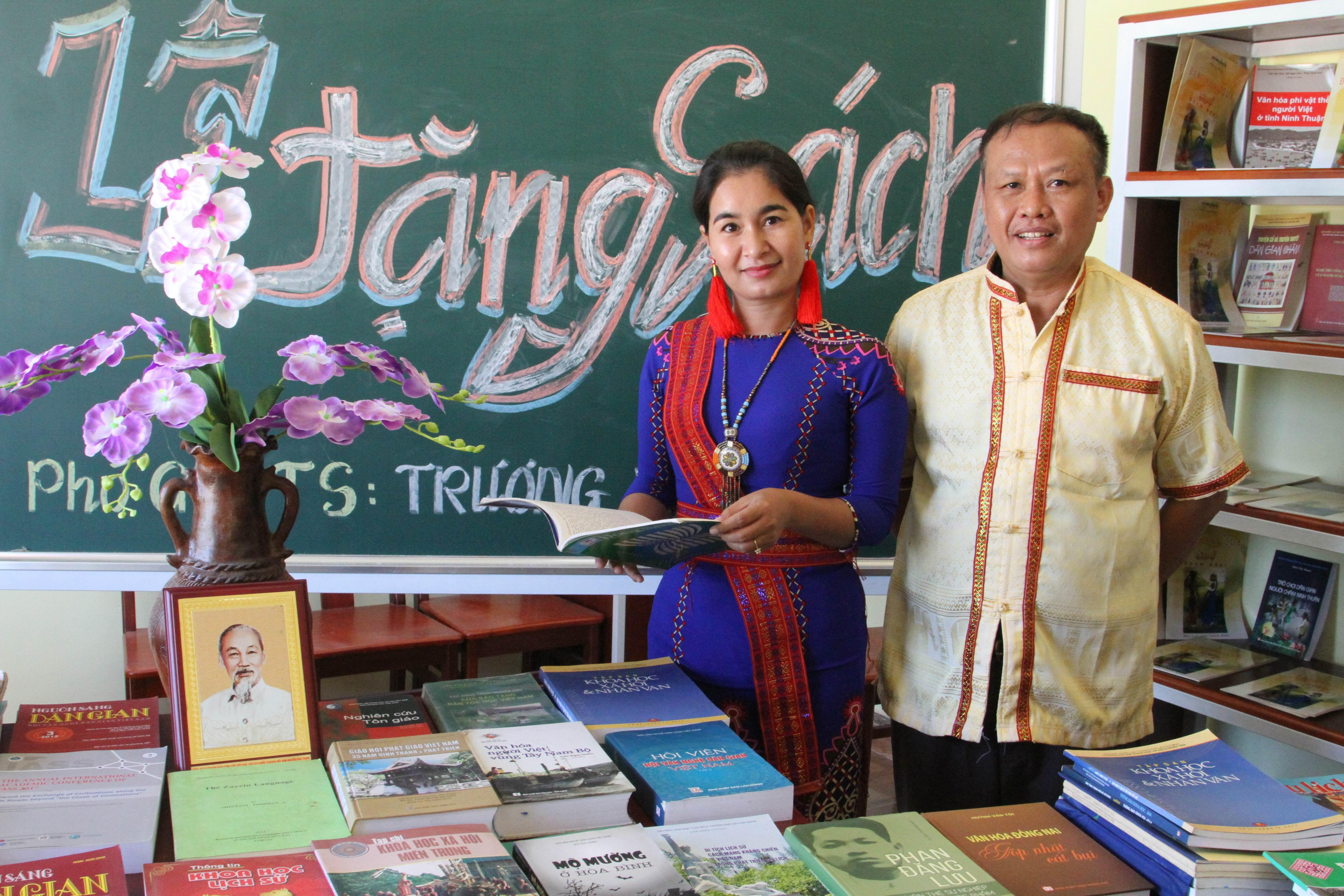 PGS.TS Trương Văn Món giảng viên cao cấp Trường Đại học Khoa học Xã hội và Nhân văn TP. Hồ Chí Minh trao tặng sách cho Nhà sinh hoạt cộng đồng làng Chăm Bàu Trúc.