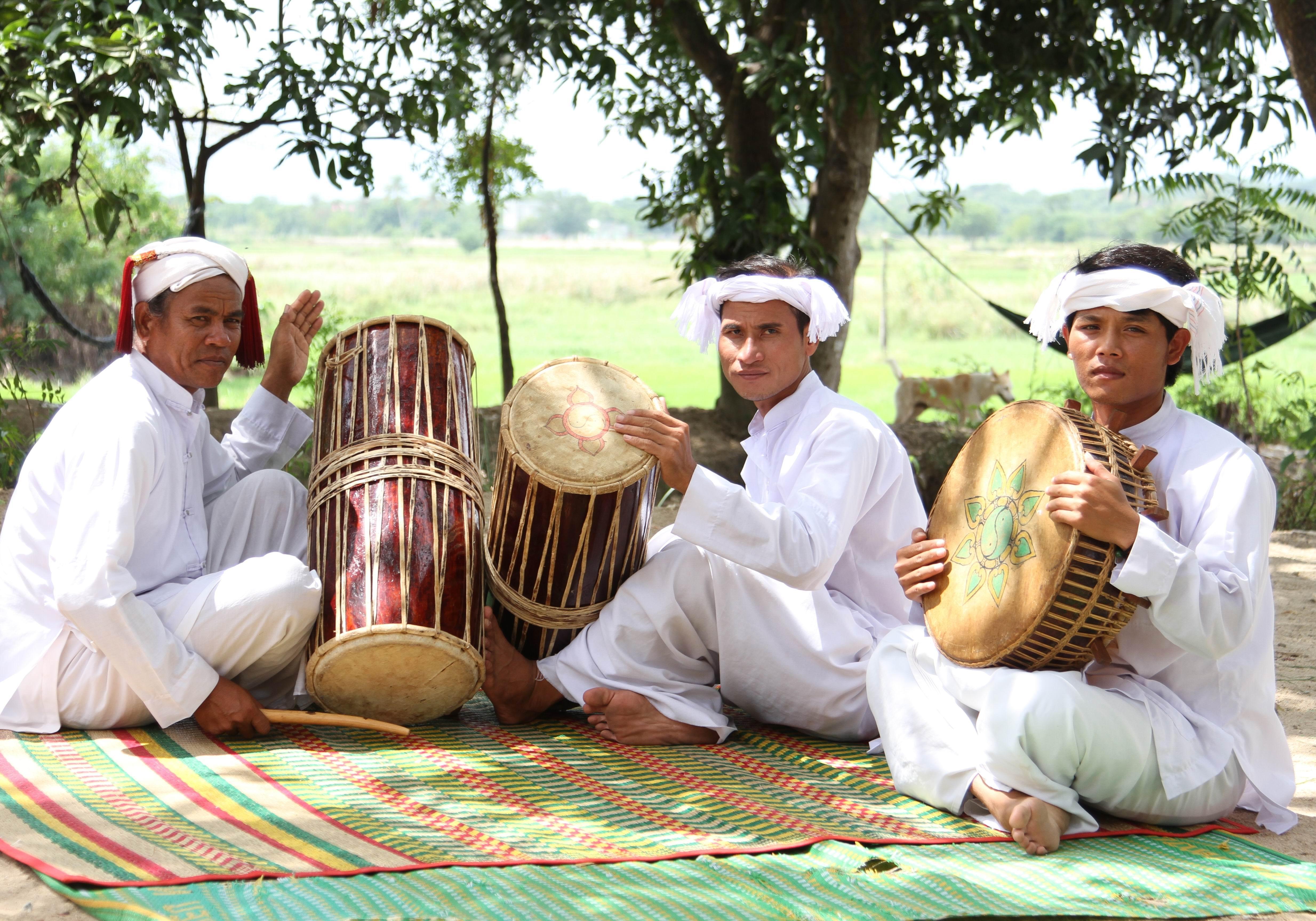 Nghệ nhân Ưu tú Phú Văn Lương truyền dạy biểu diễn trống ghi năng cho thanh niên làng Chăm Như Ngọc xã Phước Thái, Ninh Phước.
