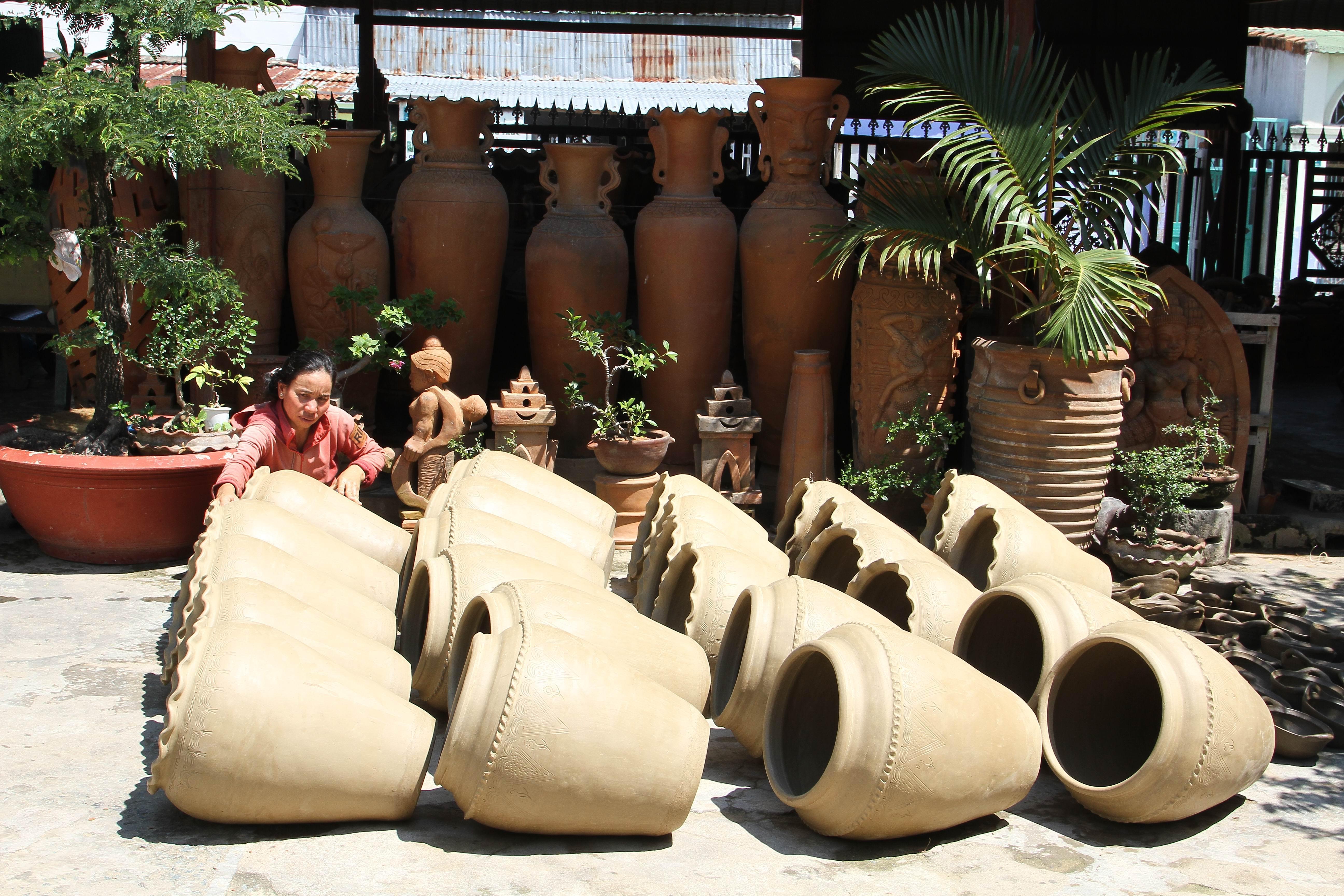 Các nghệ nhân làng Chăm Bàu Trúc phơi gốm trước khi đưa vô lò nung.