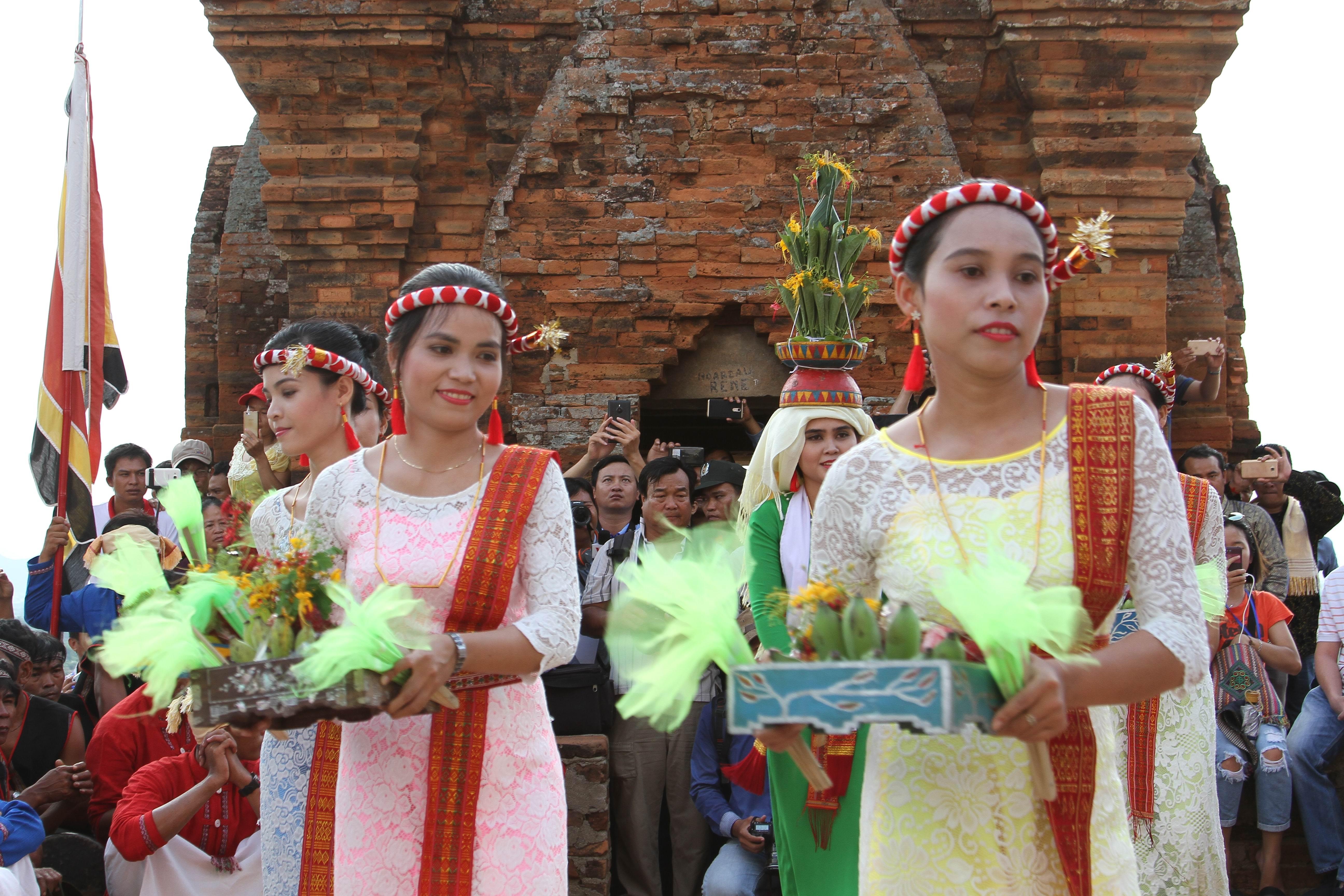 Các thiếu nữ Chăm biểu diễn múa dân gian trong ngày hội Katê.