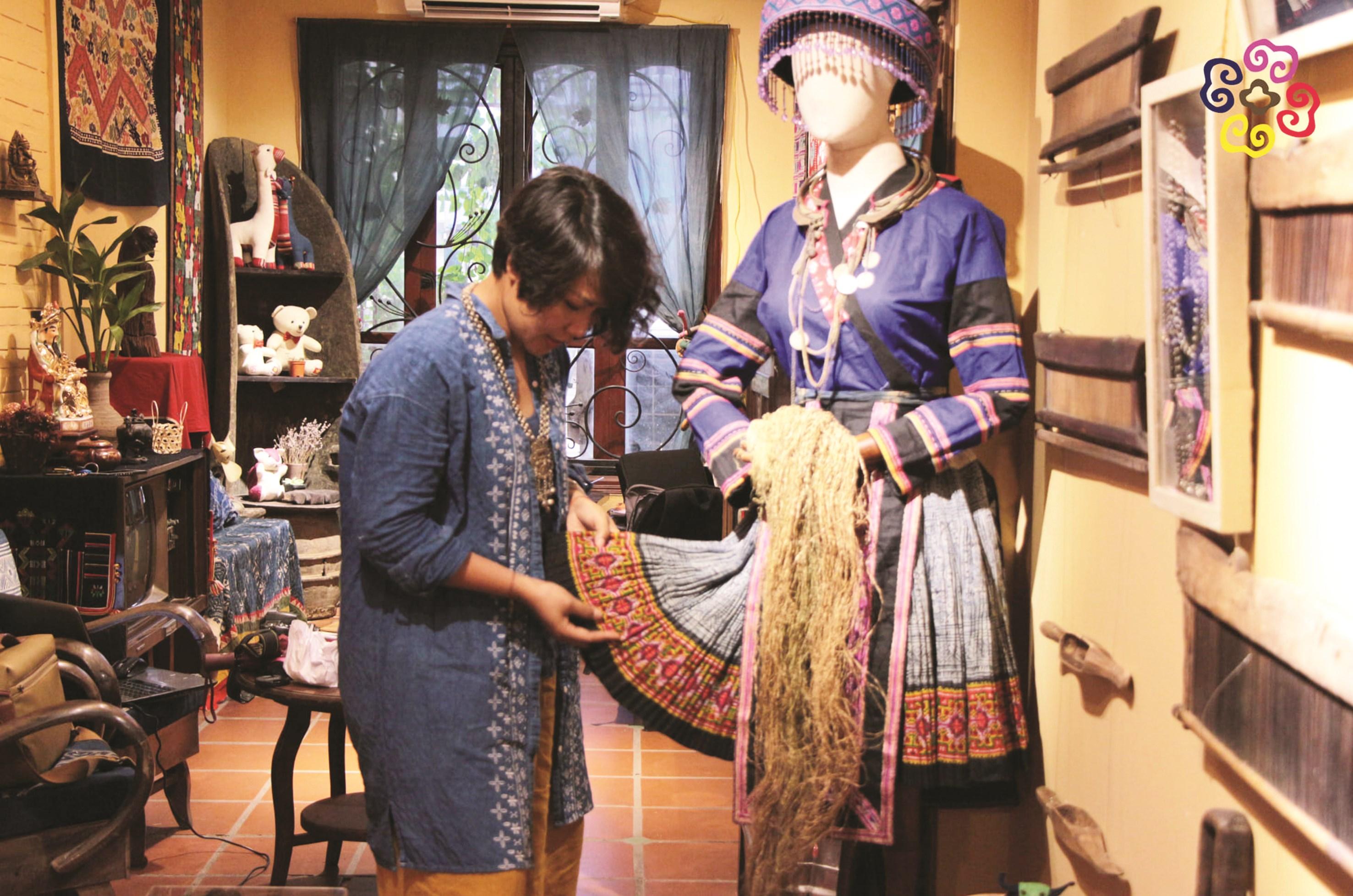 Chị Trương Thị Thu Thủy trong cửa hàng giới thiệu sản phẩm của mình tại 66 Hàng Trống.