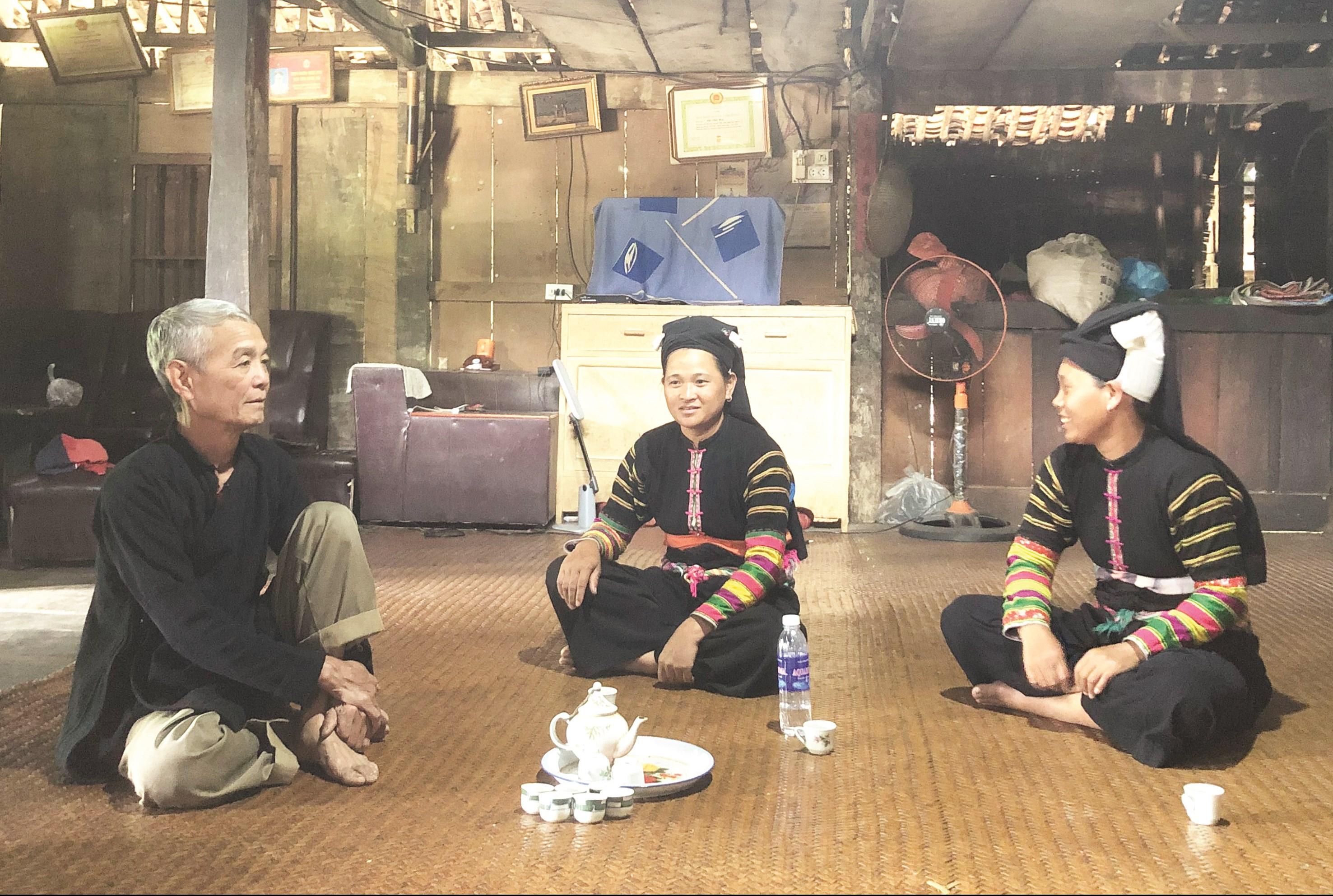 Ông Chi Viết Hải Người có uy tín ở xóm Khuổi Khon trao đổi việc giữ gìn bản sắc văn hóa dân tộc với đồng bào Lô Lô.