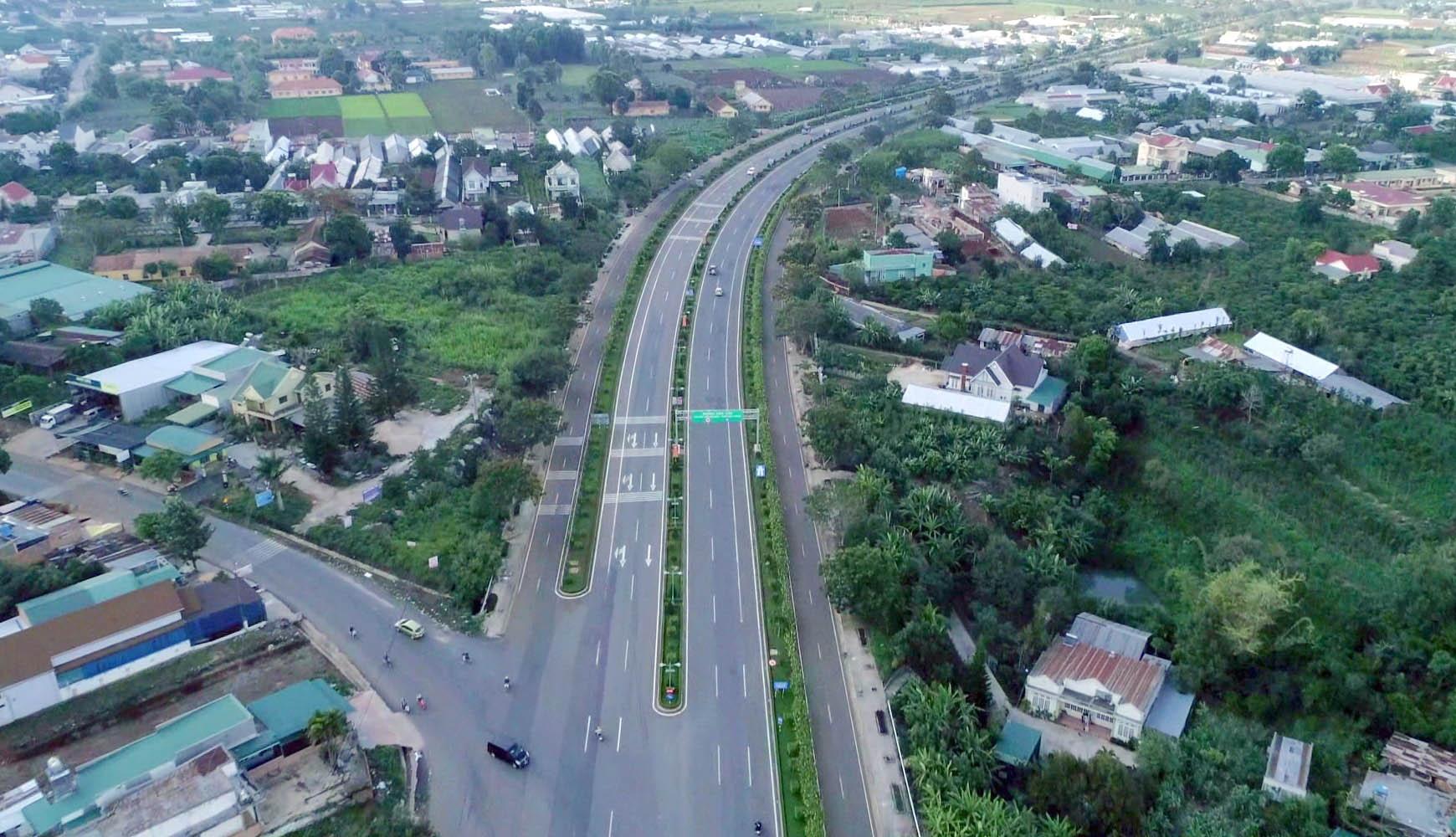 Tuyến đường cao tốc Liên Khương - Đà Lạt chạy qua Đức Trọng.