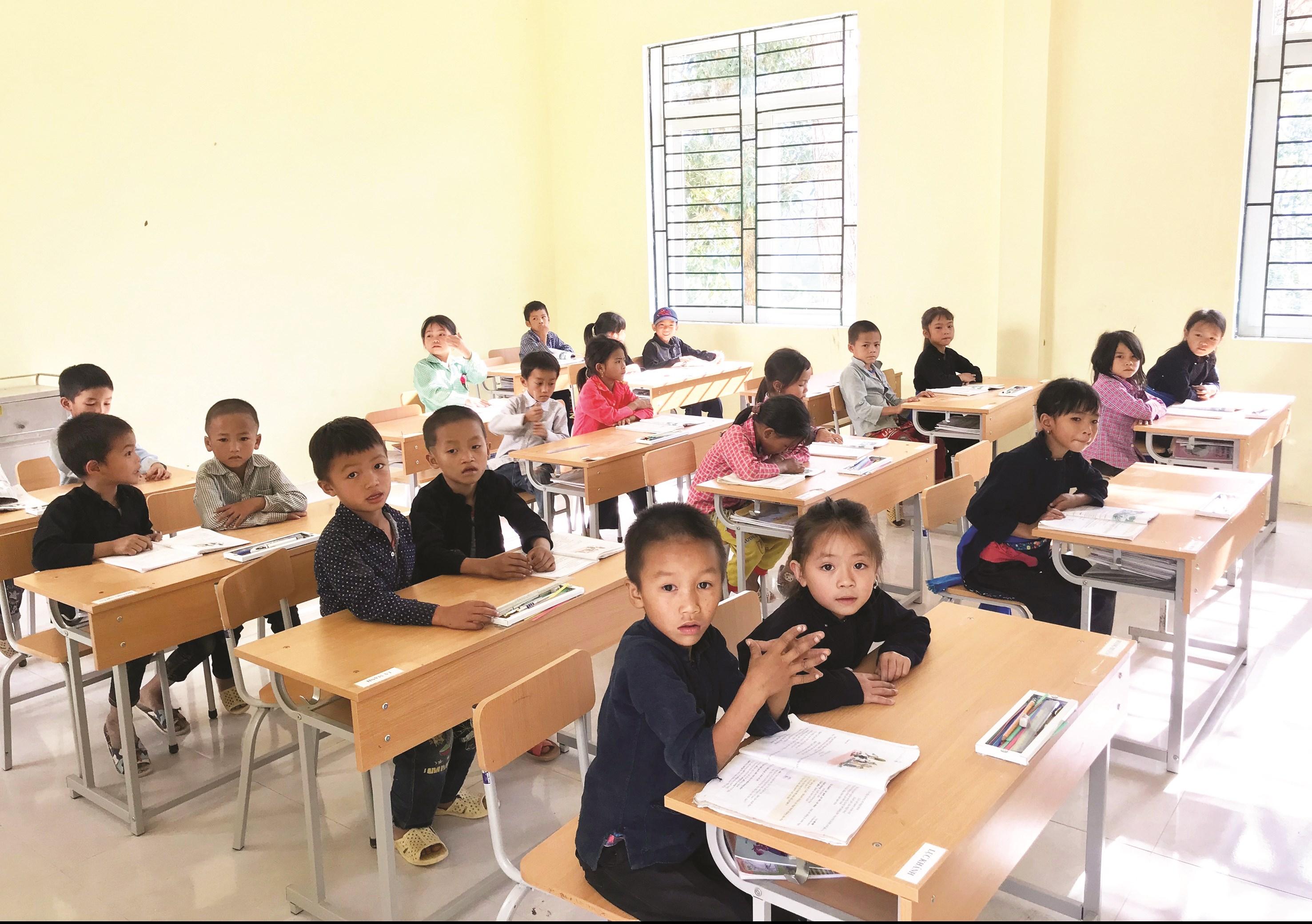 Các em học sinh DTTS Trường PTDTBT Tiểu học và THCS xã Bản Máy, huyện Hoàng Su Phì (Hà Giang) trong giờ học.