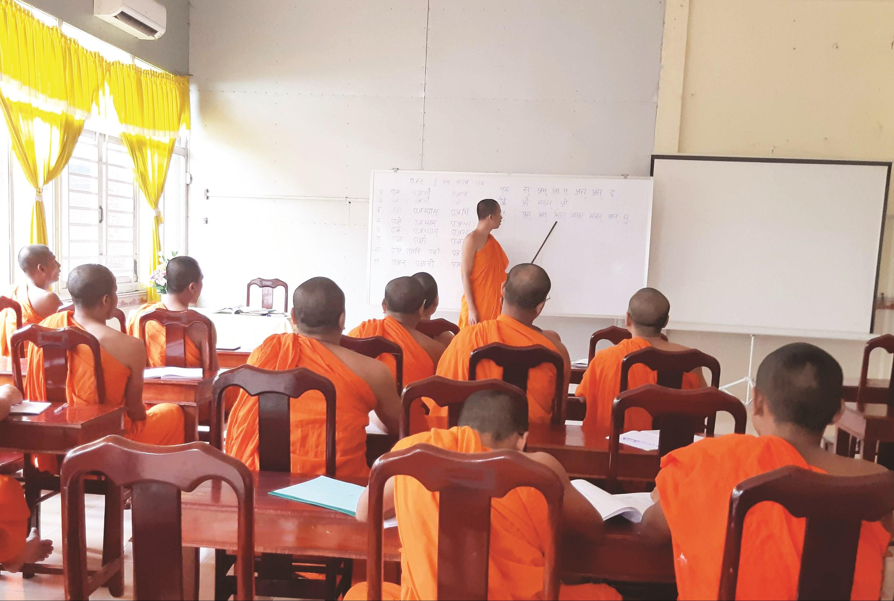 Một lớp dạy tiếng Khmer cho các vị sư tại chùa Pothi Somrôn.
