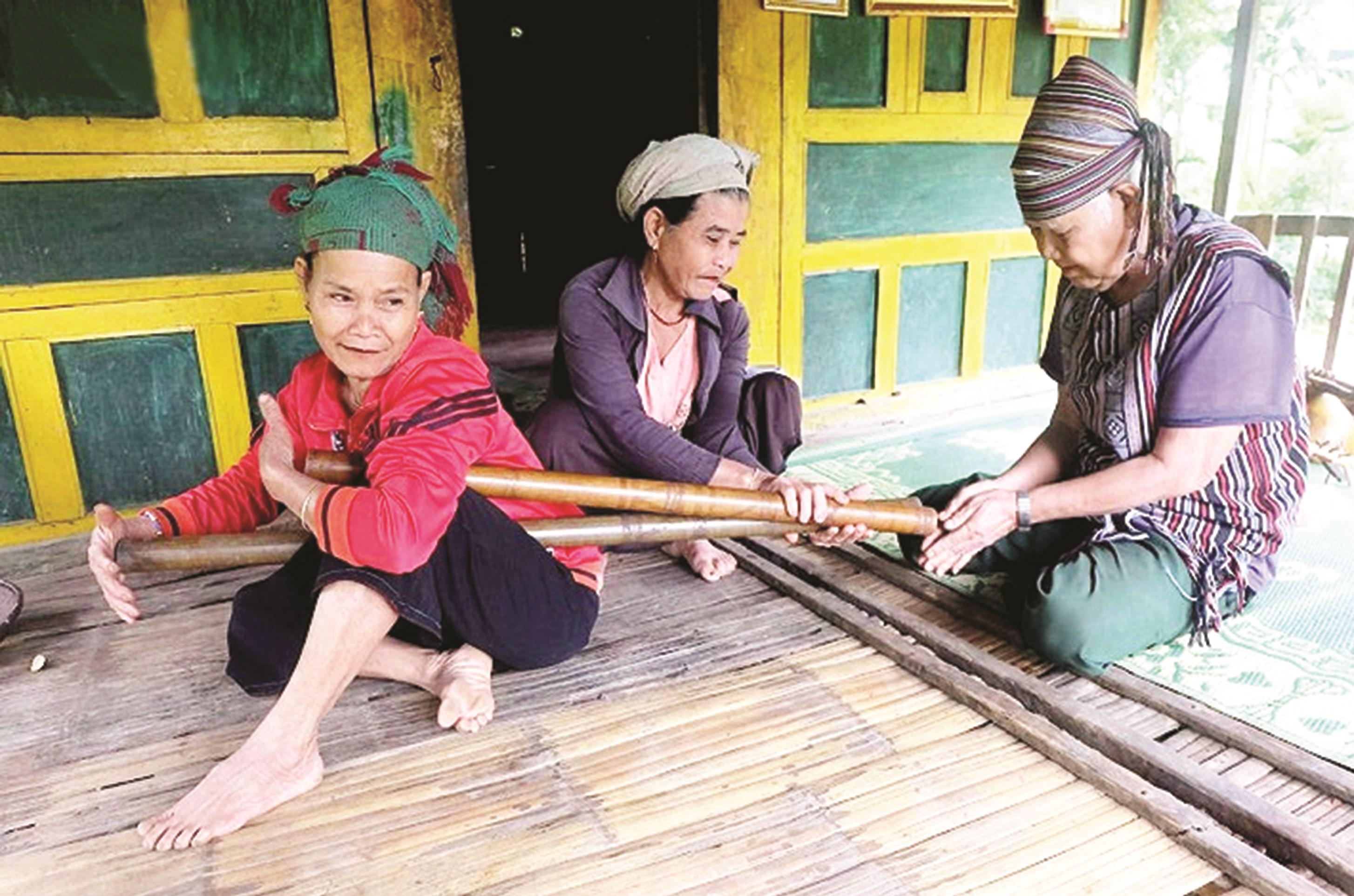 Già Phạm Văn Sự dạy cách chơi đàn Vinh vút