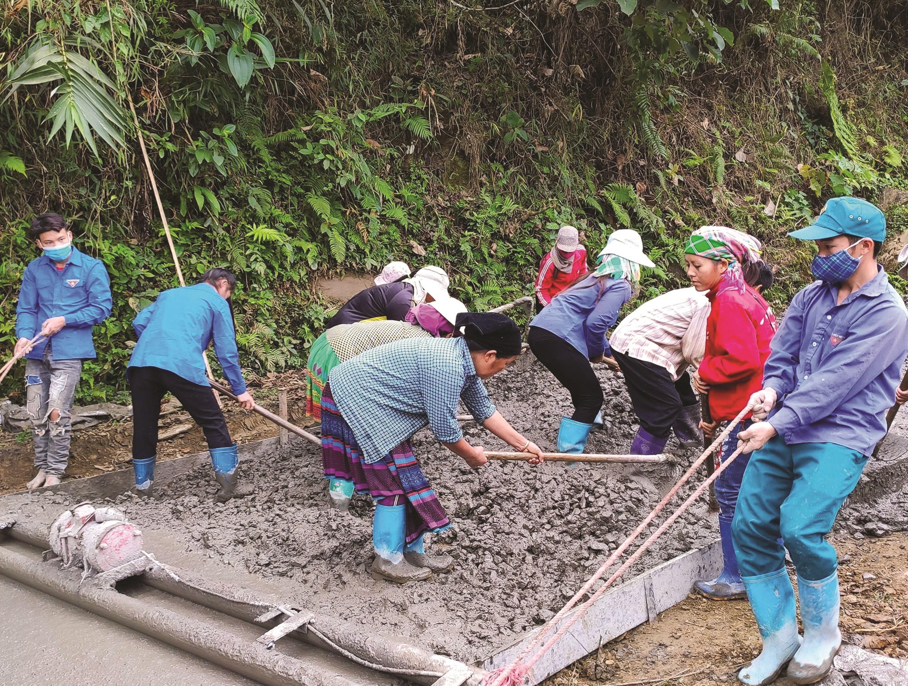 Người dân xã Xuân La chung tay xây dựng NTM góp phần phát triển KT-XH ở địa phương.