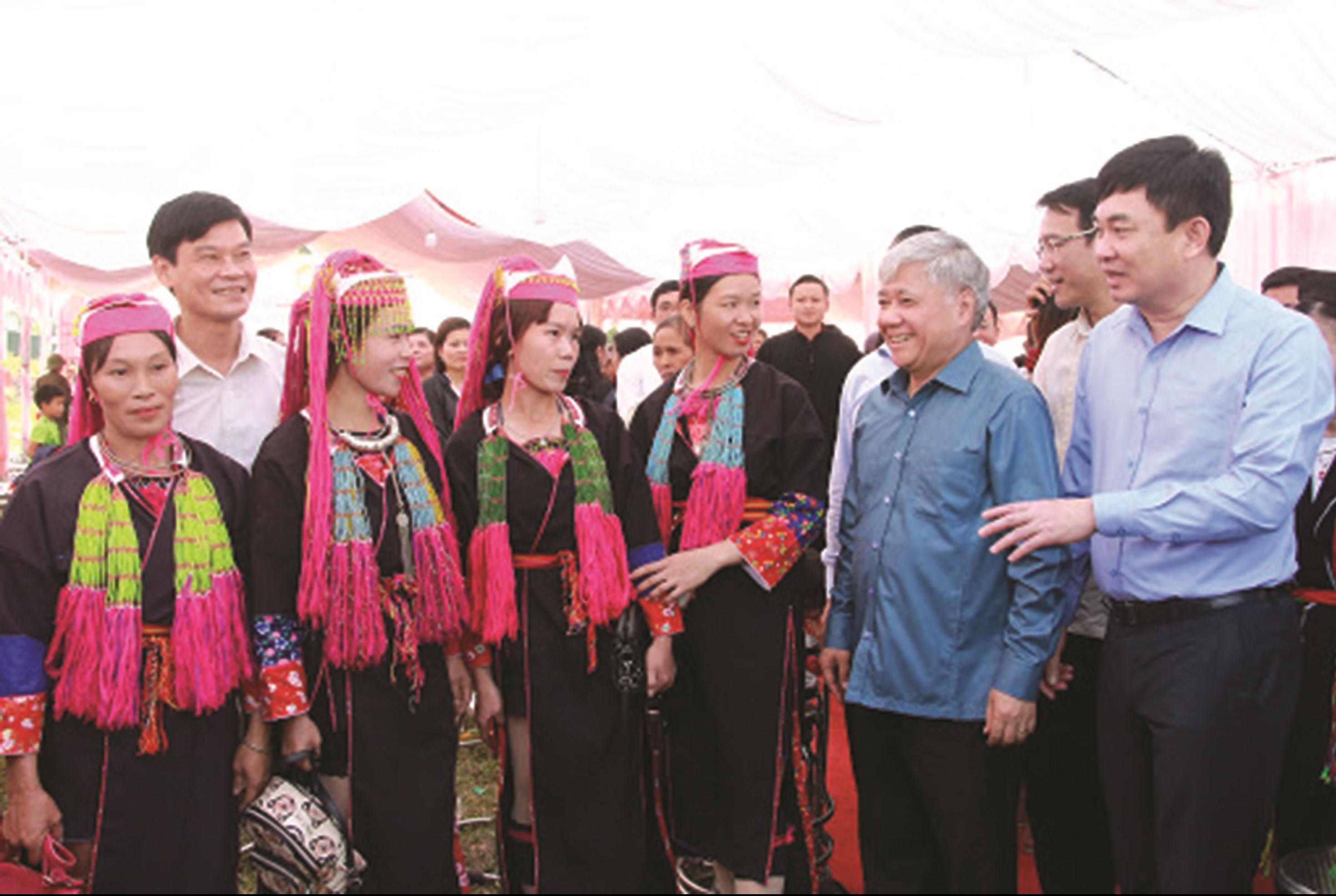 Đồng chí Đỗ VănChiến trò chuyện với bà con Nhân dân xã Bình Dân, Bình Liêu, Quảng Ninh (năm 2019).