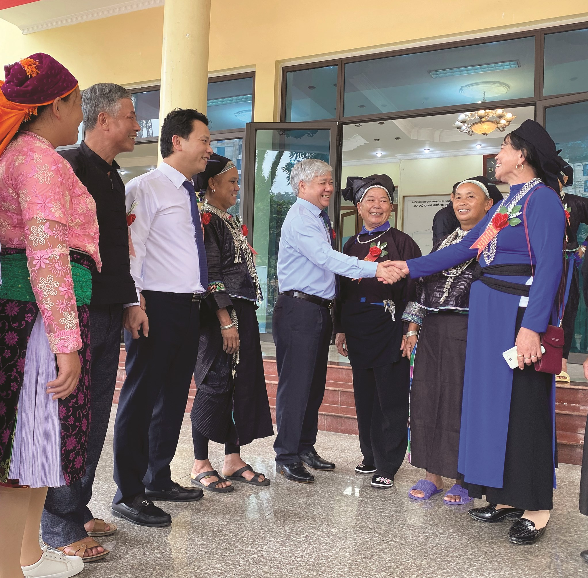 Đồng chí Đỗ Văn Chiến trò chuyện với Người có uy tín tiêu biểu trong đồng bào DTTS tỉnh Hà Giang.