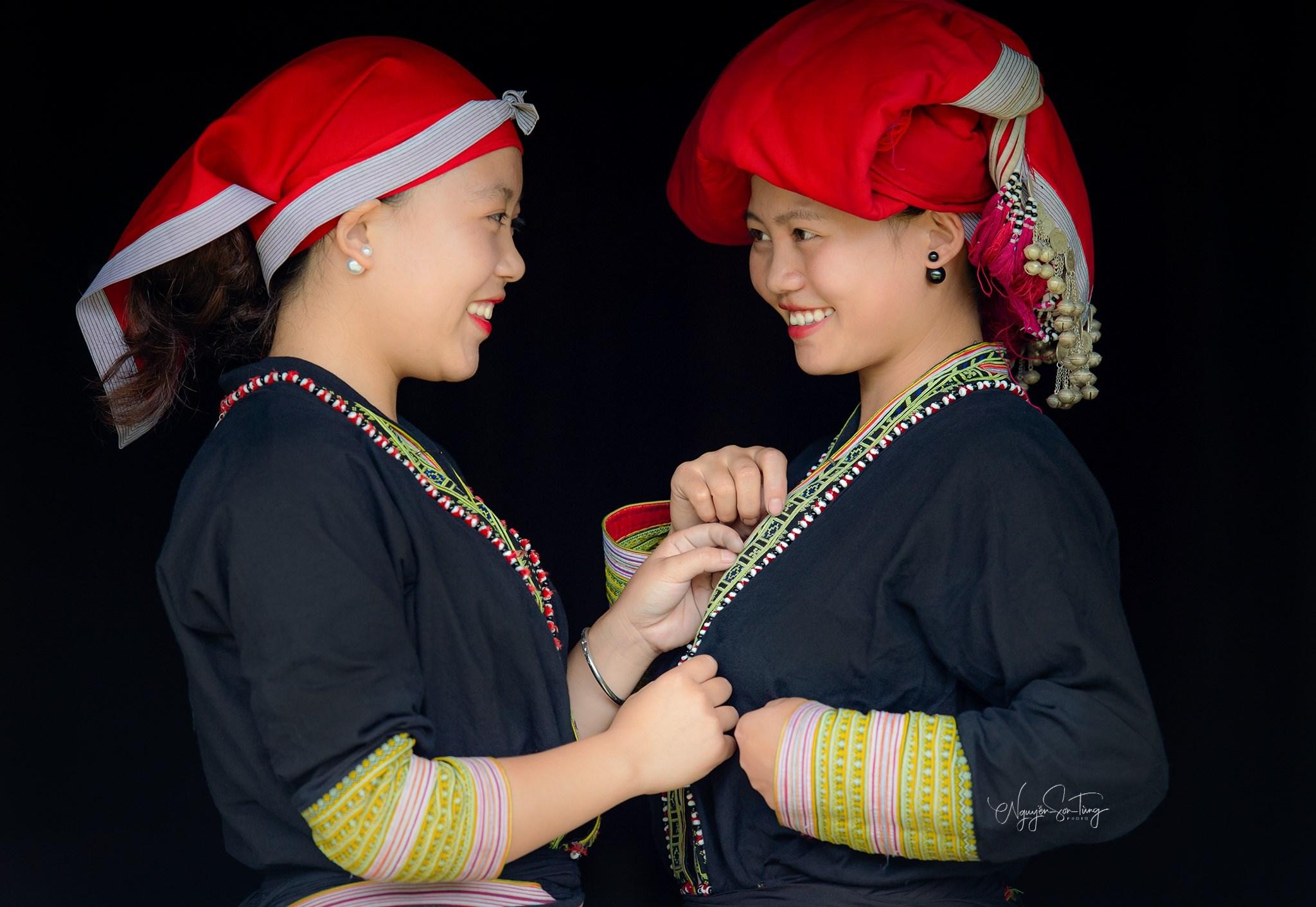 Chị em phụ nữ Dao Đỏ xã Bản Khoang, huyện Sa Pa (Lào Cai) chia sẻ về may trang phục truyền thống.