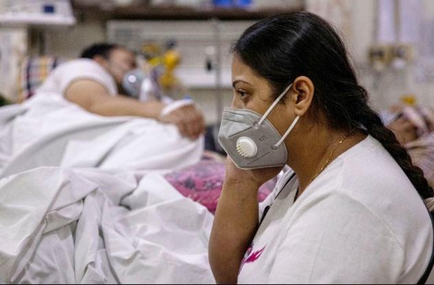 Chị Manika Goel ngồi cạnh chồng trong phòng cấp cứu tại Bệnh viện gia đình Holy ở New Delhi, Ấn Độ ngày 29/4/2021. Ảnh: Reuters