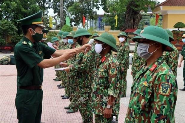 Kiểm tra thân nhiệt cán bộ, chiến sĩ trước khi lên đường làm nhiệm vụ. Ảnh: Đỗ Trưởng - TTXVN