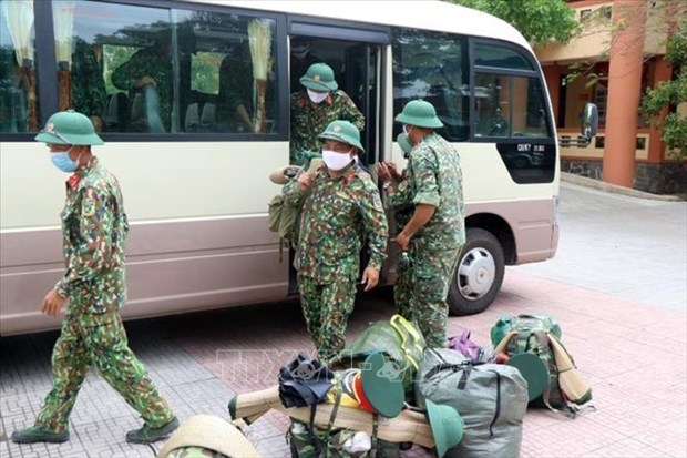 Cán bộ, chiến sĩ chuẩn bị quân tư trang sẵn sàng lên đường làm nhiệm vụ. Ảnh: Đỗ Trưởng - TTXVN