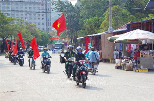 Tổ Thông tin, Truyền thông và Đội vận động quần chúng Đồn Biên phòng Tân Thanh (Lạng Sơn) tuyên truyền bầu cử bằng loa lưu động tại địa bàn. Ảnh: Quang Duy – TTXVN