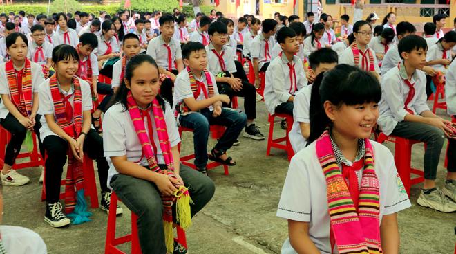 Niềm vui của các em học sinh khi đến trường (Ảnh: BYB)