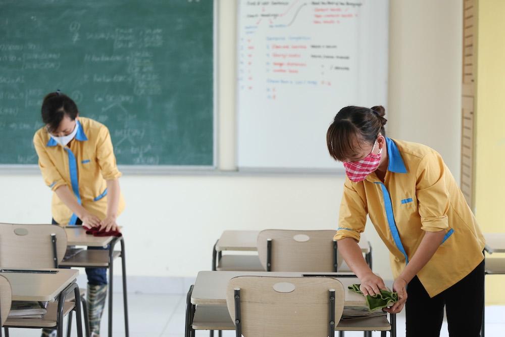 Khử khuẩn trường lớp khi học sinh nghỉ học. Ảnh minh họa