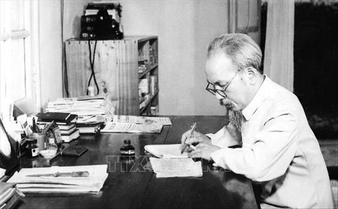 Bác Hồ làm việc tại Nhà 54 - ngôi nhà nhỏ vốn của người thợ điện phục vụ cho phủ Toàn quyền Đông Dương cũ, từ tháng 12/1954 đến tháng 5/1958. Ảnh: Tư liệu TTXVN
