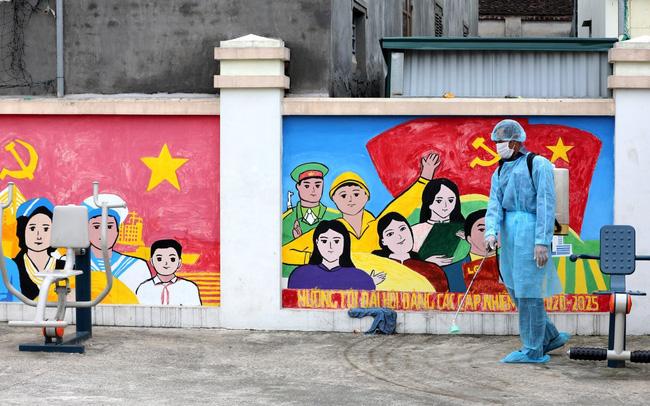 Nhân viên y tế phun khử khuẩn tại Nhà văn hoá thôn Lỗ Giao (Ảnh: Thành Đạt)