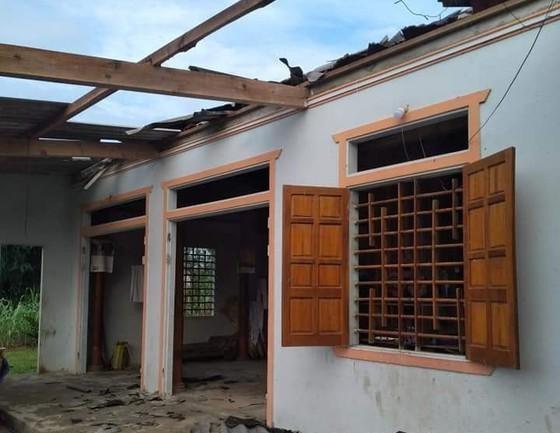 Nhiều ngôi nhà ở huyện Hương Khê bị hư hỏng do lốc xoáy.