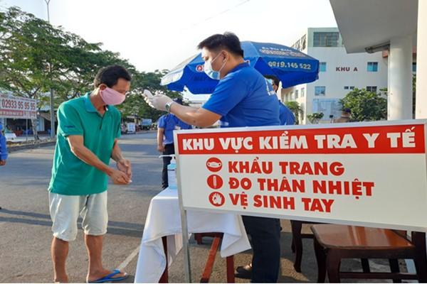 Đội kiểm tra y tế trực chốt, nhắc nhở người dân rửa tay và đeo khẩu trang đúng theo quy định. Ảnh minh họa
