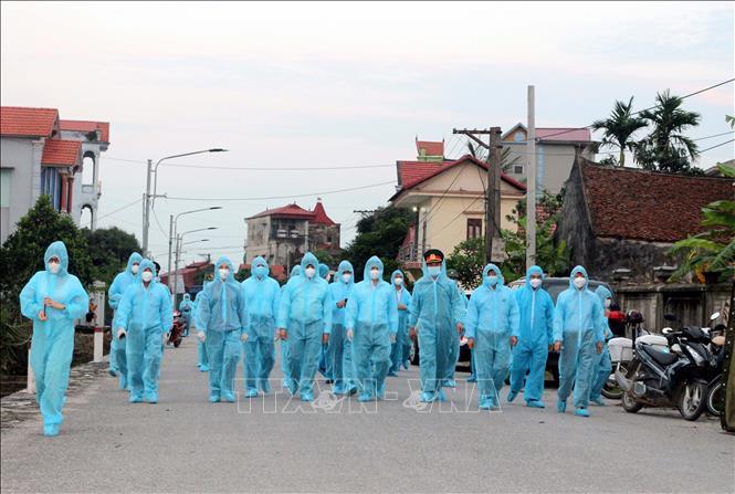 Bộ Y tế kiểm tra công tác cách ly chống dịch tại Hà Nam. Ảnh: TTXVN