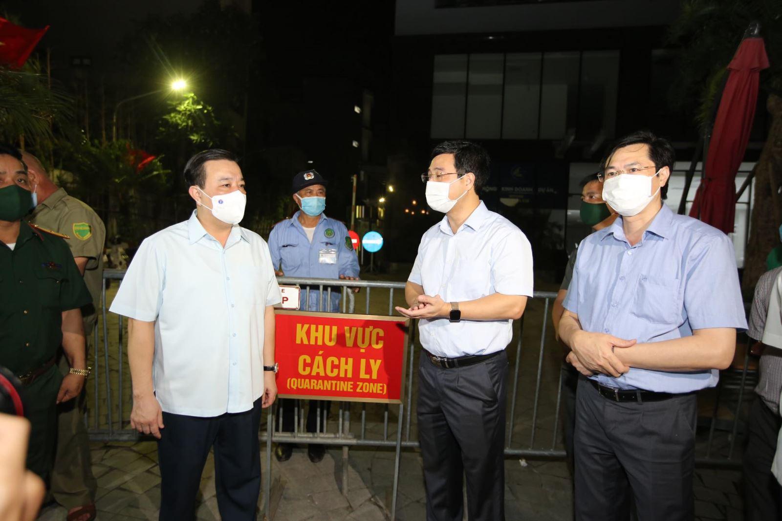 Phó Chủ tịch UBND TP Chử Xuân Dũng kiểm tra công tác phòng dịch tại một số khu chung cư trên địa bàn TP Hà Nội. Ảnh: Xuân Phú.