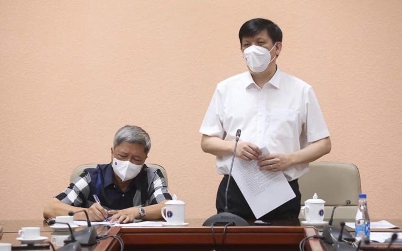 GS, TS Nguyễn Thanh Long giao nhiệm vụ cho đoàn cán bộ y tế sang Lào hỗ trợ chống dịch.