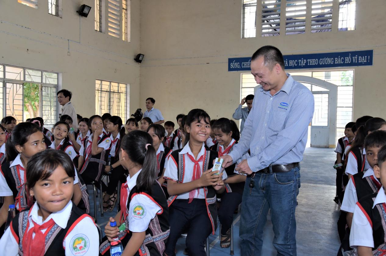 Các em nhỏ nhận sữa từ chương trình Quỹ sữa Vươn cao Việt Nam trong năm 2020