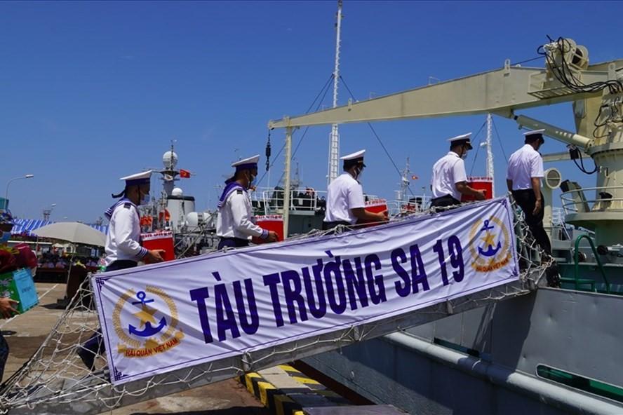 Mang các thùng phiếu bầu đã niêm phong lên tàu Trường Sa 04 và Trường Sa 19, lên đường thực hiện nhiệm vụ bầu cử sớm trên biển. Ảnh: Thành An