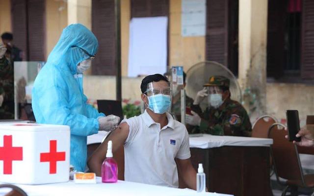 """Quân y Lào đảm nhiệm tiêm vaccine phòng COVID-19 cho người dân ở những """"khu vực đỏ"""". Ảnh: Fresh News"""