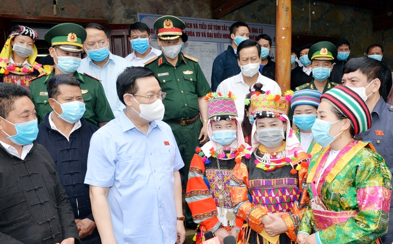 Chủ tịch QH và các thành viên Đoàn công tác giám sát, kiểm tra tại đơn vị bầu cử số 4 xã Lũng Cú, huyện Đồng Văn, Hà Giang