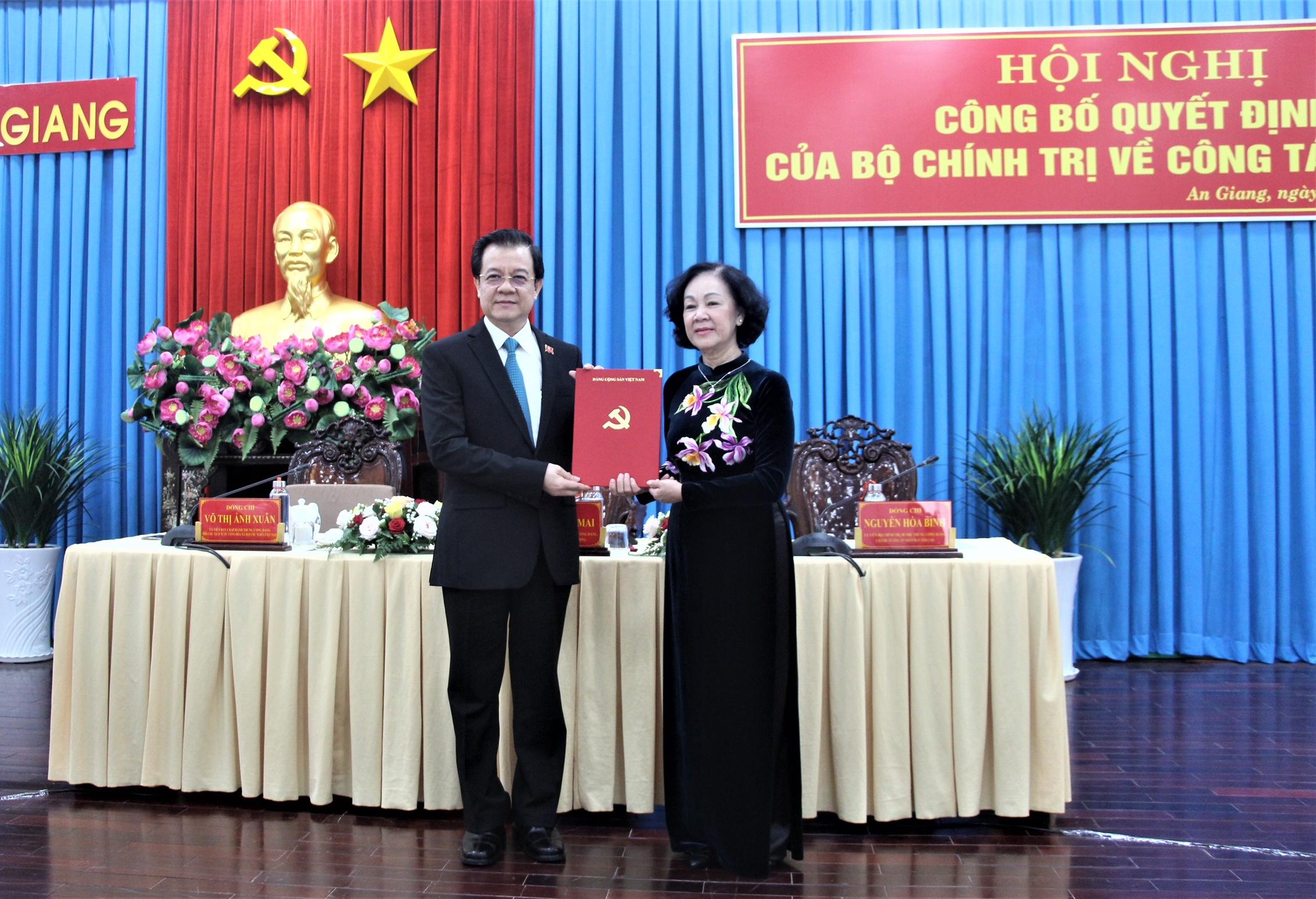 Trưởng ban Tổ chức Trung ương Trương Thị Mai trao Quyết định của Bộ Chính trị cho đồng chí Lê Hồng Quang