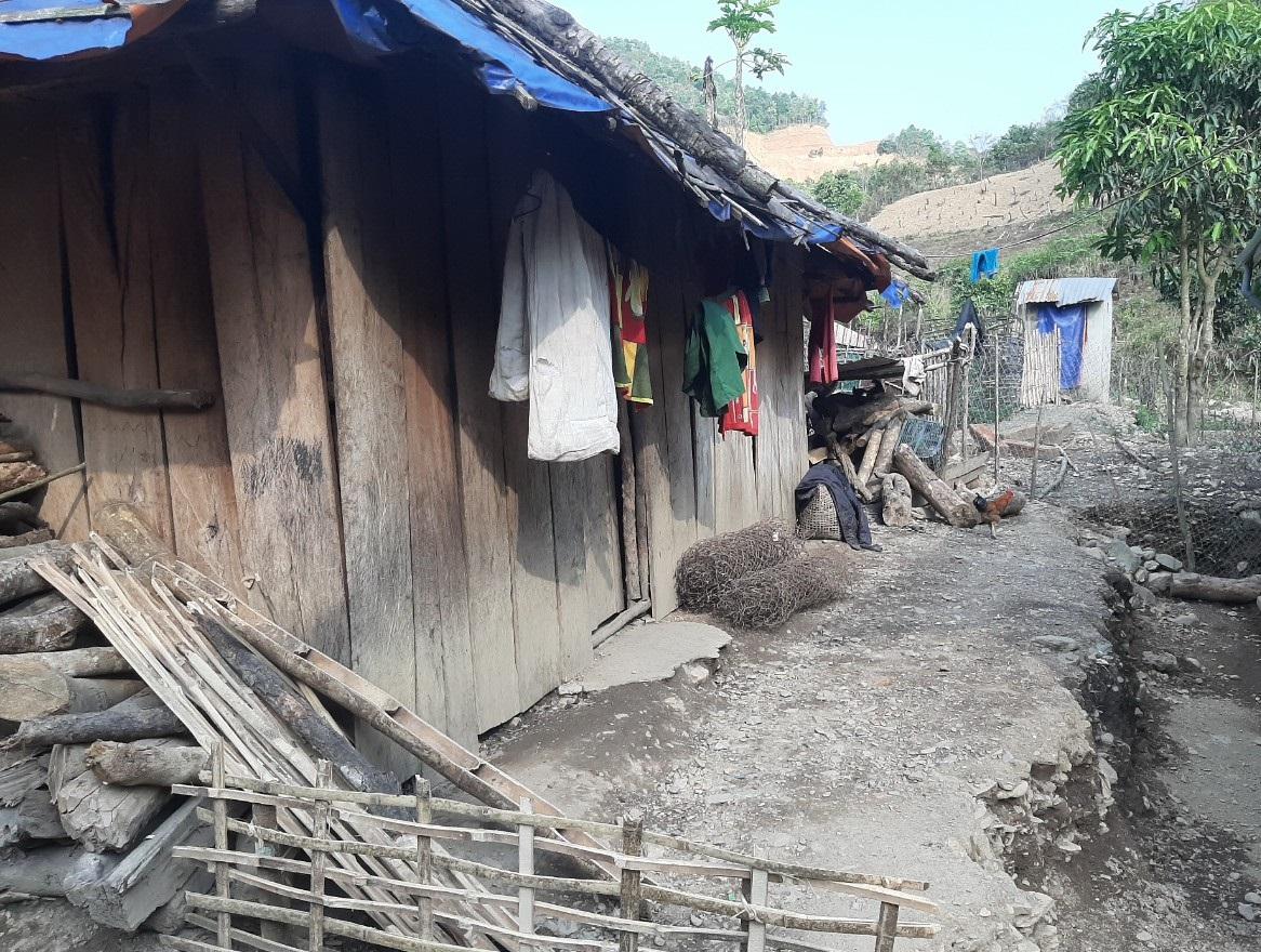 Tỷ lệ hộ nghèo của đồng bào dân tộc Mảng ở Vàng San còn rất cao (Trong ảnh: Điều kiện thiếu thốn của đồng bào Mảng ở bản Nậm Sẻ, xã Vàng San)