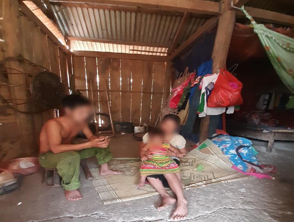 Chậm chi trả tiền hỗ trợ học tập theo Nghị định 57/2017/NĐ-CP khiến nhiều hộ nghèo dân tộc Mảng ở xã Vàng San càng thêm khó khăn (Trong ảnh: Một gia đình có trẻ thuộc diện được hỗ trợ học tập ở bản Nậm Sẻ)