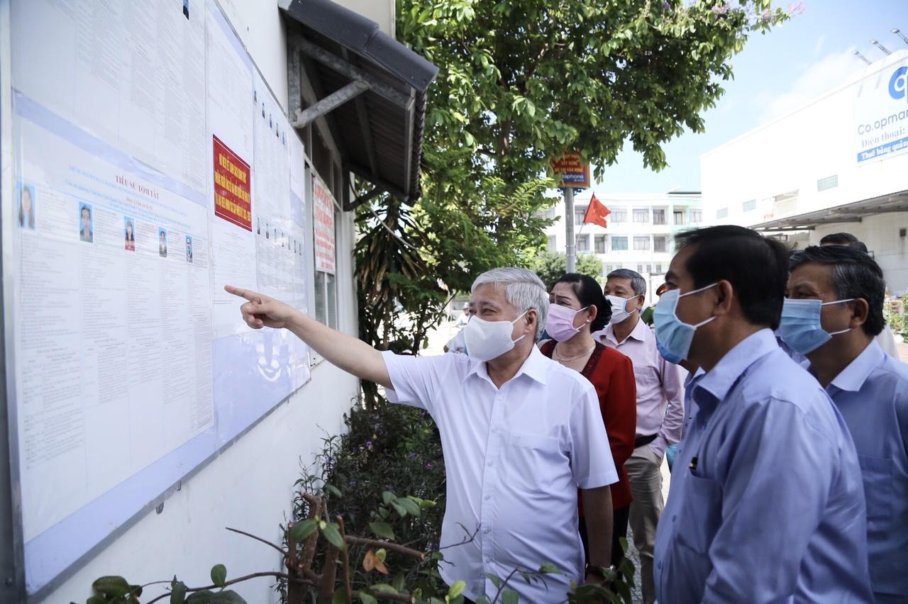 Đồng chí Đỗ Văn Chiến kiểm tra công tác chuẩn bị bầu cử tại phường Vĩnh Thanh Vân,TP Rạch Giá, Kiên Giang (Ảnh HN)