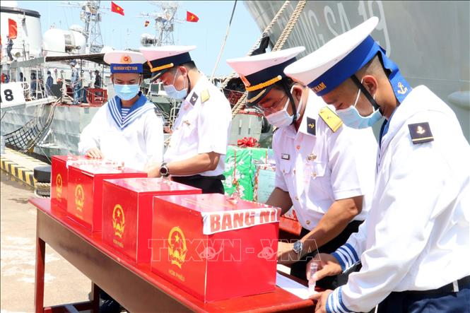Niêm phong thùng phiếu trước khi đưa lên tàu. Ảnh: Đoàn Mạnh Dương/TTXVN