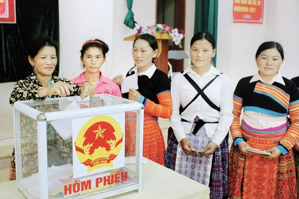 Người dân tỉnh Sơn La thực hiện quyền bầu cử tại cuộc bầu cử ĐBQH khóa XIV. (Ảnh: NT).