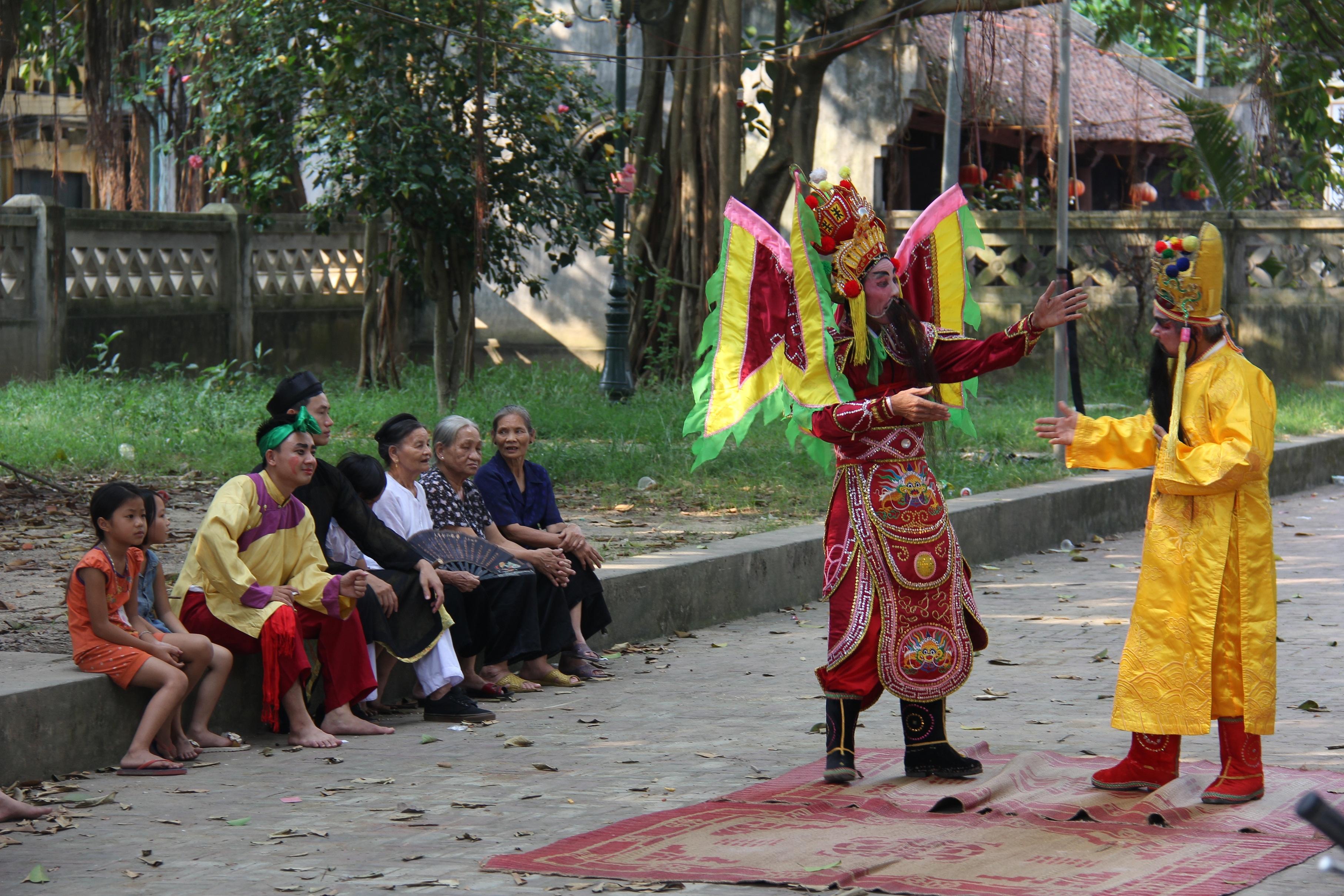 Một trích đoàn tuồng diễn ra ở đình làng Thổ Hà